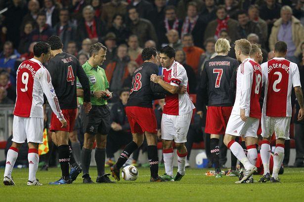 Luis Suarez cắn lần đầu tiên vào năm 2010 khi khoác áo Ajax