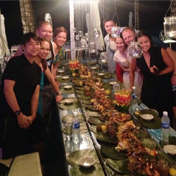 Vợ chồng Marian Rivera cũng tổ chức một bữa tiệc ấm cúng để thết đãi người thân trong tuần trăng mật của mình.