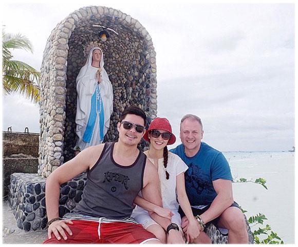 Vợ chồng Rivera bên người thân trong gia đình.