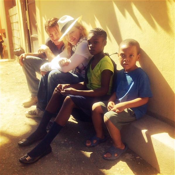 Sean và Madonna trong một hoạt động từ thiện tại Haiti năm 2013. (Ảnh: Boston)