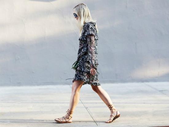 Bạn có thể kết hợp thêm phụ kiện và kiểu giày, dép Bohemian.