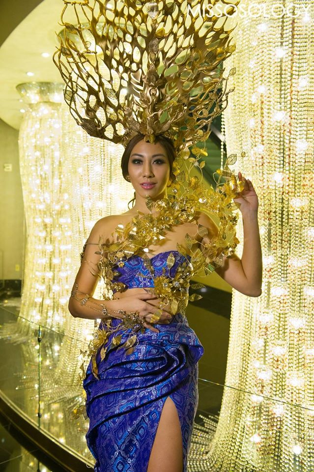 Trong khi những người đẹp phương Tây táo bạo và quyến rũ trong những bộ trang phục dân tộc kiệm vải, các đại diện châu Á lại tỏ ra e dè và kín đáo hơn. Trong ảnh là Hoa hậu Malaysia.