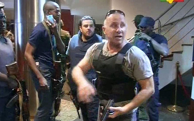 Các lực lượng an ninh phối hợp với nhau bên trong khách sạn Radisson Blu