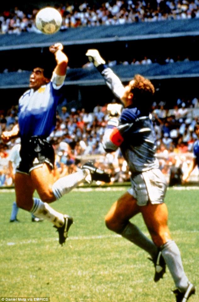 Tình huống này của Aguero được liên tưởng tới pha ghi bàn đi vào lịch sử mà Maradona gọi là bàn tay của Chúa tại World Cup 1986.