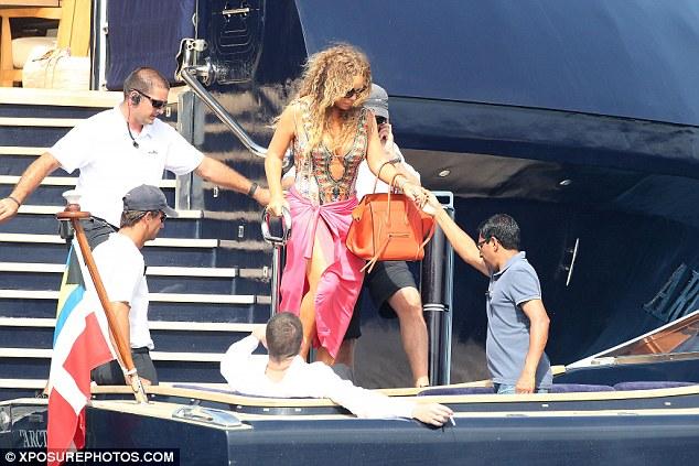 Mariah Carey được đưa lên du thuyền cùng James Packer ở Tây Ban Nha.