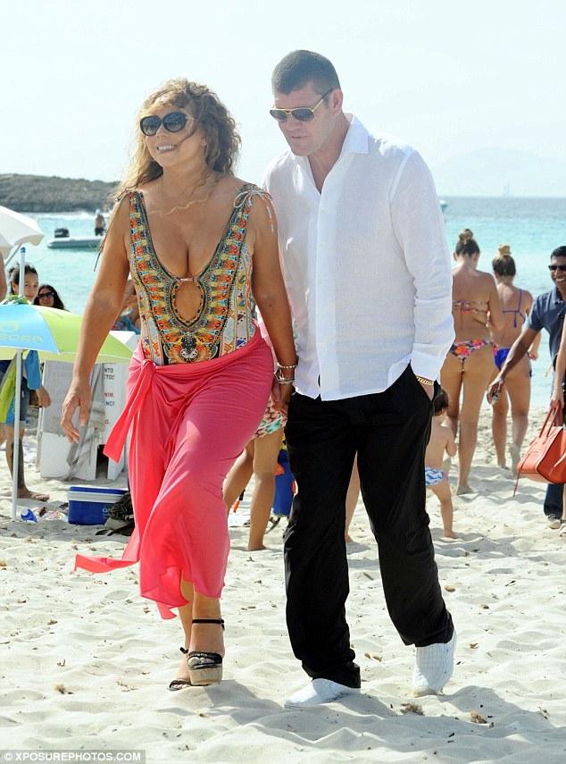 Hai người công khai nắm tay nhau đi dạo trên bờ biển.