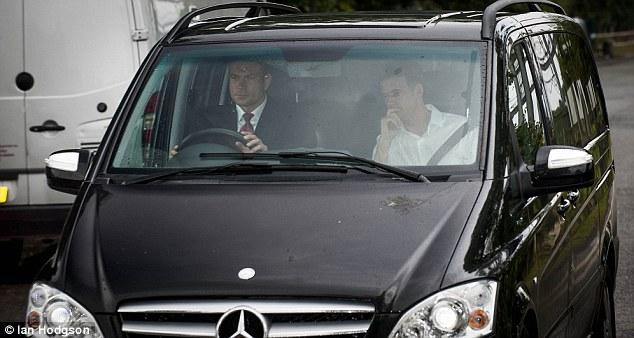 Đại diện của Man Utd đánh xe Mercedes tới tháp tùng Martial về đại bản doanh Carrington.