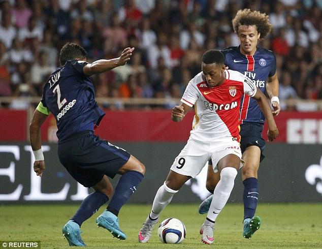 Martial trong vòng vây của hai siêu trung vệ David Luiz và Thiago Silva khi chơi ở Ligue 1.