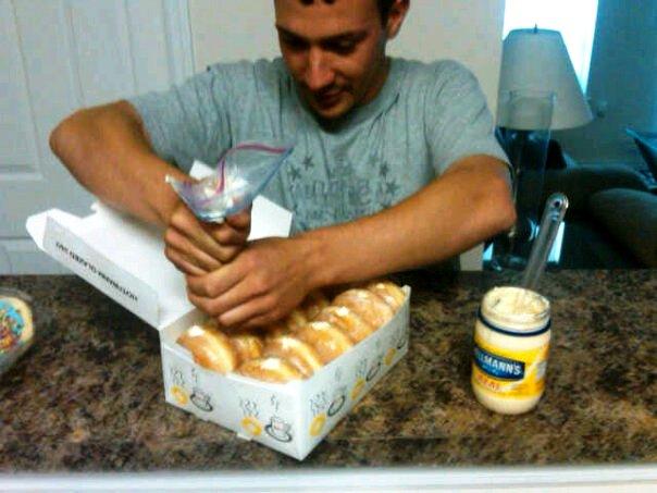 Nhồi mayonaise vào bánh donut.