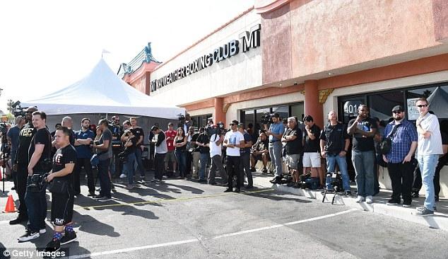Đám đông hâm mộ chờ được vào xem Mayweather tập luyện.