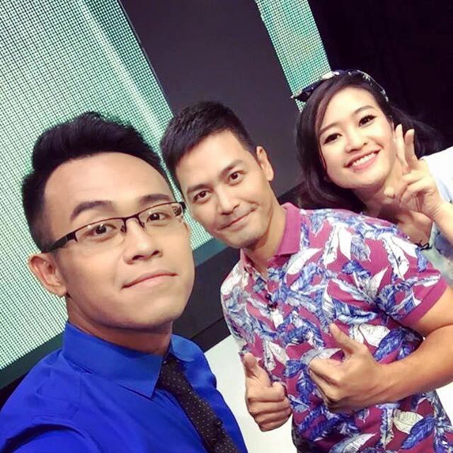 MC Phan Anh (giữa), MC Phí Linh và MC Đức Bảo (trái) cùng tạo dáng chụp ảnh xì tin.