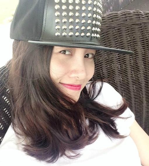 Trong khi, MC Quỳnh Chi lại thể hiện nét đẹp đơn giản nhưng trẻ trung, dễ mến.