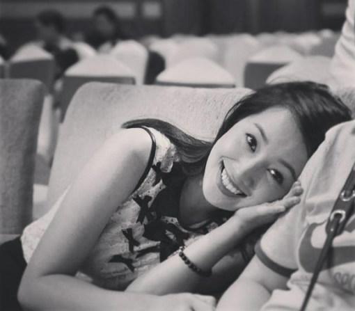 Đồng thời, Quỳnh Chi cũng có những lúc bộc lộ nét nữ tính, nhẹ nhàng.