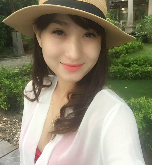 MC Thanh Huyền cũng không kém phần quyến rũ, nữ tính.