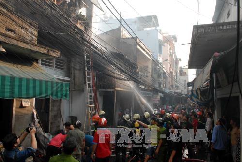 Lực lượng chữa cháy khẩn trương dập lửa. Ảnh: Mạnh Linh-TTXVN