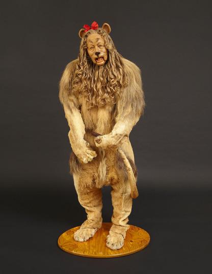 Trang phục hóa trang có cái tên Sư tử hèn nhát được Burt Lahr trong bộ phim The Wizard of OZ (1939) có giá khủng 3.077.000 USD