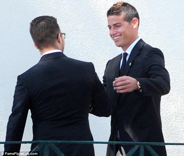 James Rodriguez (phải) trở thành một trong những bản hợp đồng bom tấn mùa Hè năm ngoái nhờ tài móc nối của Mendes.