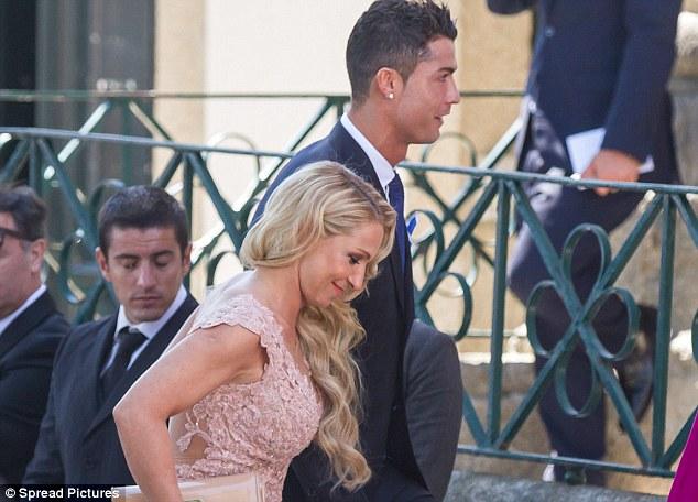 Ronaldo bảnh bao trong tiệc cưới siêu cò Mendes.