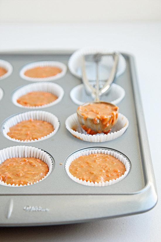 Khi làm cupcake, hãy sử dụng thìa múc kem để có được những chiếc cupcake với hình đều nhau nhất.