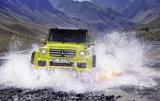 Mercedes-Benz G500 4x4² thậm chí có thể lội nước ở độ sâu 1m