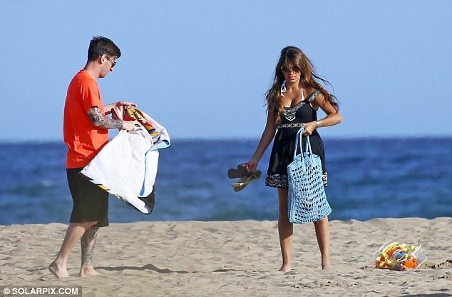 Cả hai đang có quãng thời gian nghỉ xả hơi ngắn ngày ngay tại bãi biển TP Barcelona.