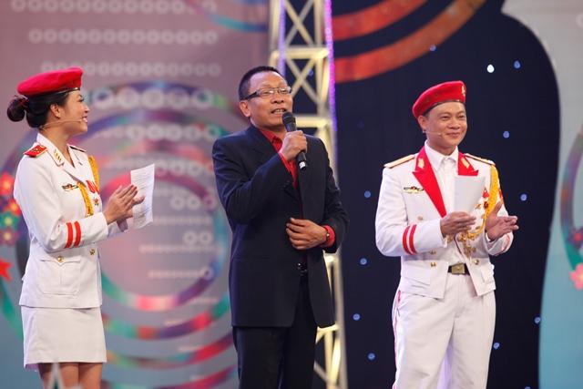 MC Hoàng Linh cùng nhà báo Lại Văn Sâm và MC Quang Minh trong chương trình Chúng tôi là chiến sĩ.