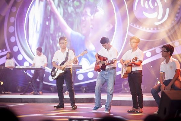 Ngoài sáo, harmonica các thí sinh còn chơi cả bộ gõ guitar...