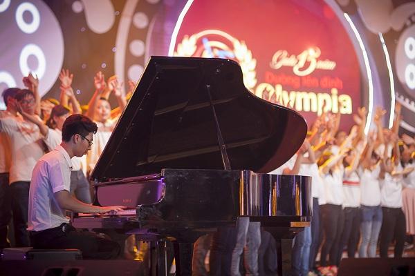 Thí sinh Trương Đình Đức lãng tử cùng đàn piano.