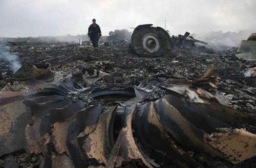 Ngày 17/7/2014, chuyến bay mang số hiệu MH17 của hãng hàng không Malaysia Airlines bị bắn rơi ở miền Đông Ukraine. Xác chiếc máy bay cháy đen và tan nát tại hiện trường ở Đông Ukraine. Ảnh:Reuters