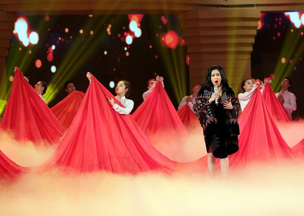 Tiết mục Màu hoa đỏ còn gây ấn tượng với phần dàn dựng sân khấu sống động.