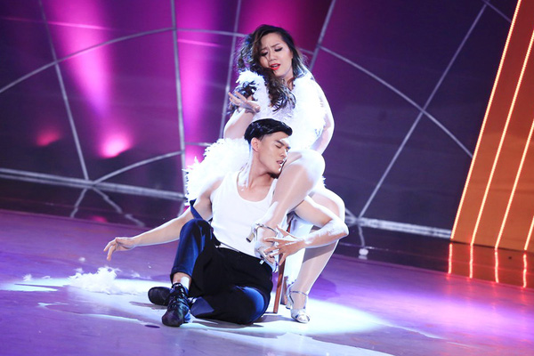 Minh Thảo kết hợp với Lâm Vinh Hải trong tiết mục Welcome To Burlesque