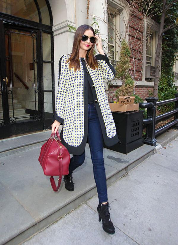 Miranda năng động với áo khoác ngoại cỡ kết hợp cùng quần jeans và boots cổ ngắn.