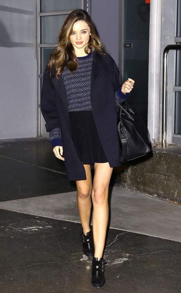 Bên cạnh những kiểu trang phục cô yêu thích, siêu mẫu Australia còn nhanh chóng nắm bắt được các xu hướng mới.