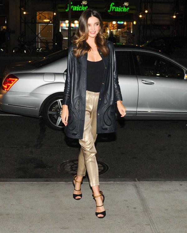 Miranda đi dự sự kiện với áo khoác da thanh lịch.