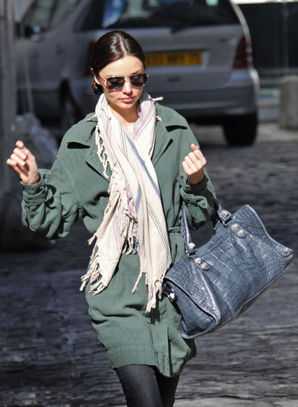 Đối với cô, khăn quàng cũng là phụ kiện thời trang quan trọng để chọn kết hợp trong mùa đông.