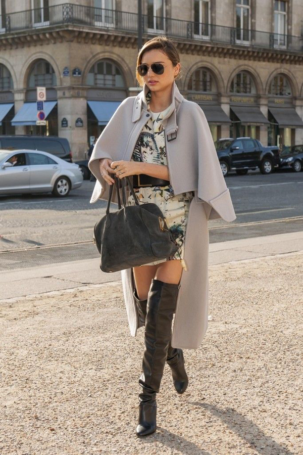 Cô diện khoác ngoài với váy và boots.