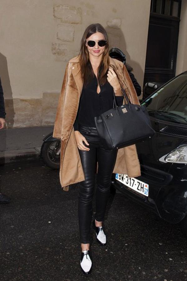 Với nhiều kiểu áo khoác ngoại cỡ, Miranda rất thích khoác hững hờ.