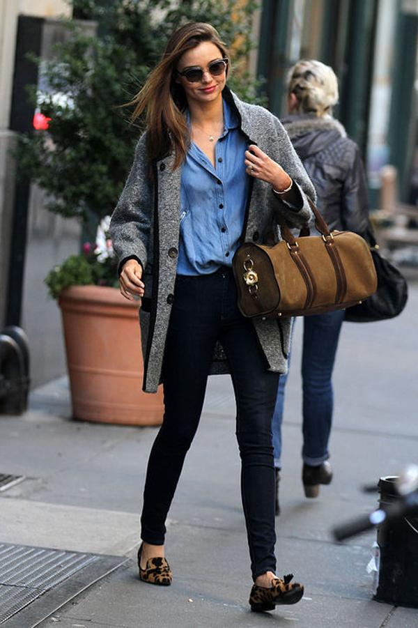 Người đẹp không kém phần trẻ trung khi kết hợp cả áo khoác lớn với áo denim và giầy bệt.