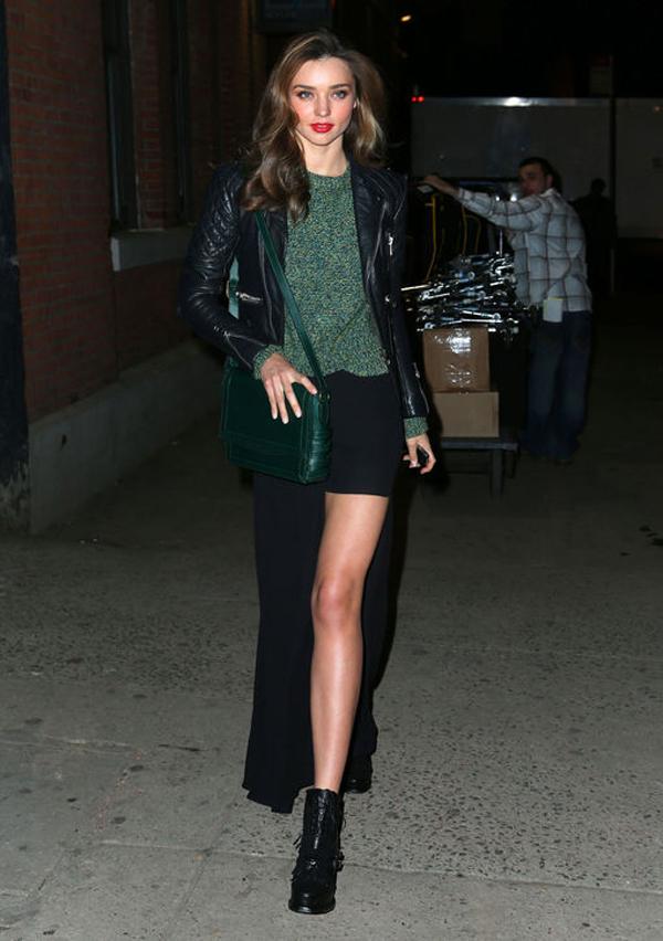 Miranda khéo léo khoe đôi chân thon dài bằng chiếc quần váy lạ mắt.