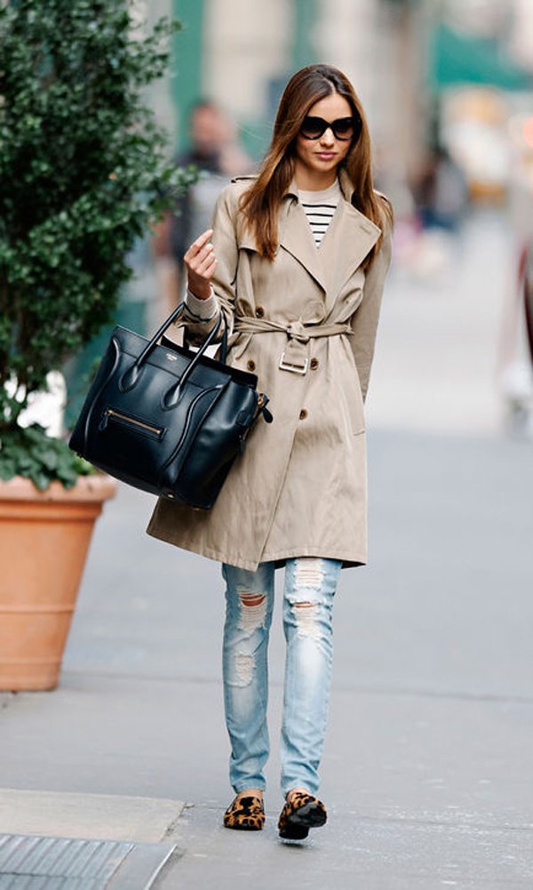 Cô diện quần jeans rách với áo khoác măng-tô.