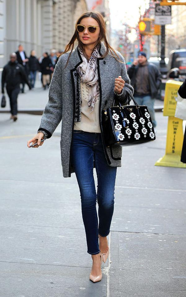 Áo khoác lớn và quần jeans còn được cô kết hợp với giầy cao gót cùng túi xách điệu đà.