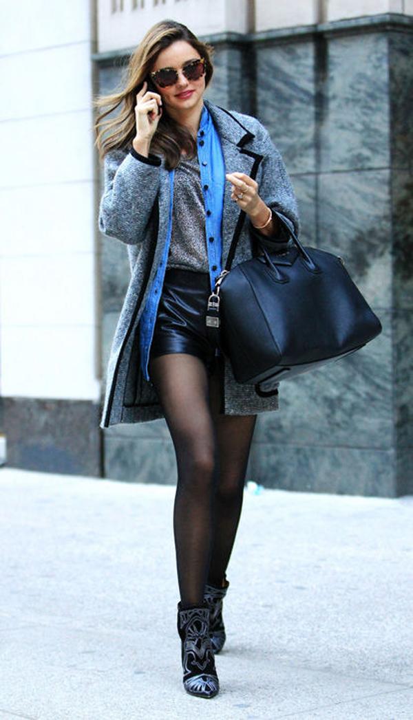 Cũng với kiểu áo khoác đó, Miranda khéo léo thay đổi style kết hợp với quần short da và boots cổ ngắn.
