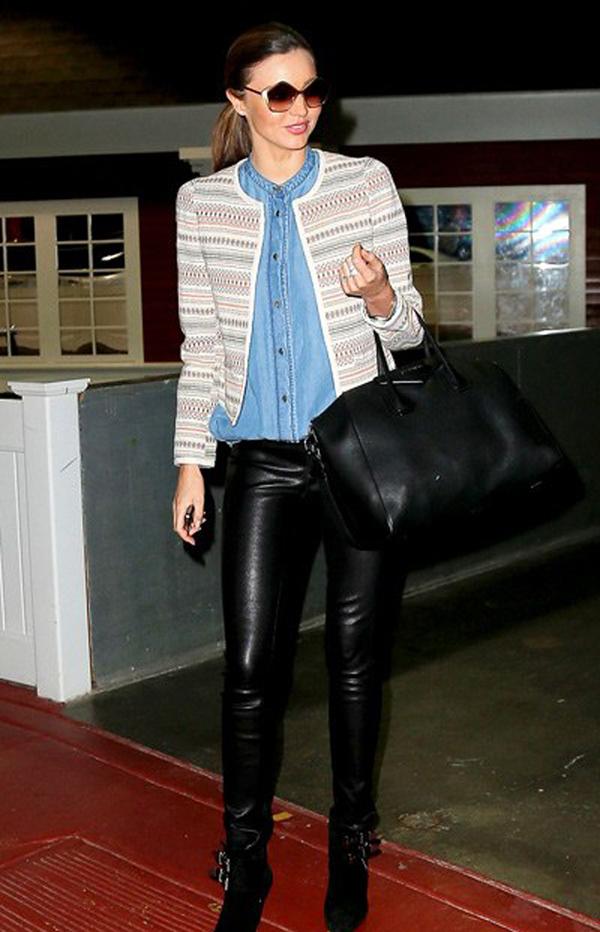 Những chiếc quần da cũng rất được cô ưa chuộng để diện với các loại boots.