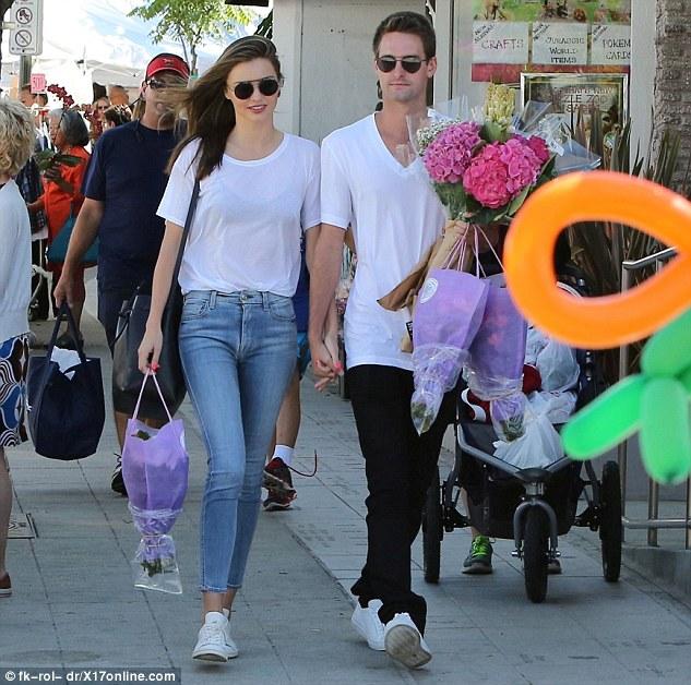 Cả hai ăn mặc vô cùng giản dị. Vẻ điển trai của Evan và nụ cười rạng rỡ của Miranda Kerr khiến cả hai trông rất xứng đôi.