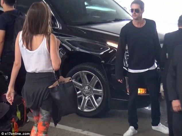 Cặp đôi đi cùng nhau tại Los Angeles International Airport