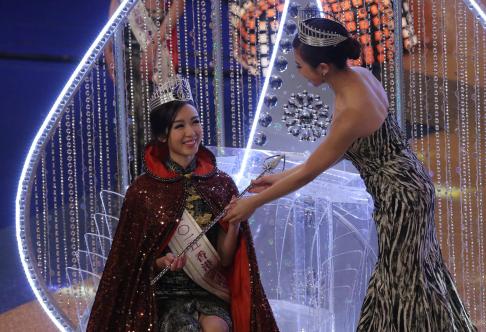 Mạch Minh Thi trong giây phút đăng quang đêm chung kết.