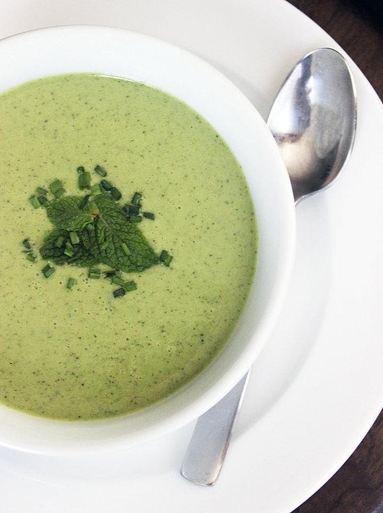 Nếu không thích vị bơ, bạn hãy thử làm súp bằng dưa chuột với bạc hà. Món ăn này còn giúp cơ thể giải độc, lọc gan.