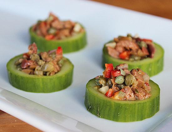 Bữa ăn của gia đình cũng sẽ trở nên bắt mắt và ngon lành hơn với dưa chuột kèm theo các loại rau, củ thái nhỏ rồi sốt lên.
