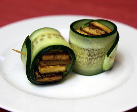 Nếu bạn là người ăn chay, hãy bổ sung cho thực đơn của mình bằng món dưa chuột cuộn đậu rán mỏng. Món này cung cấp cho bạn một lượng protein nhất định.