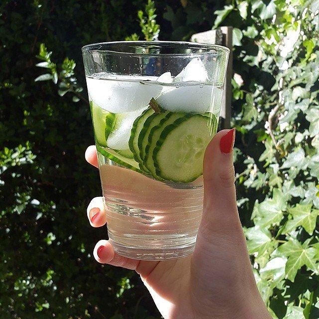 Hoặc đơn giản nhất, hãy uống một cốc nước đá kèm theo vài lát dưa chuột, giúp bạn tỉnh táo hơn.